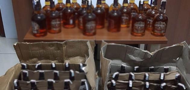 Araçta yapılan aramada 100 şişe kaçak viski ele geçirildi