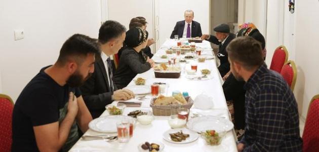 Erdoğan, Ankara'da bir vatandaşın evinde iftar yaptı