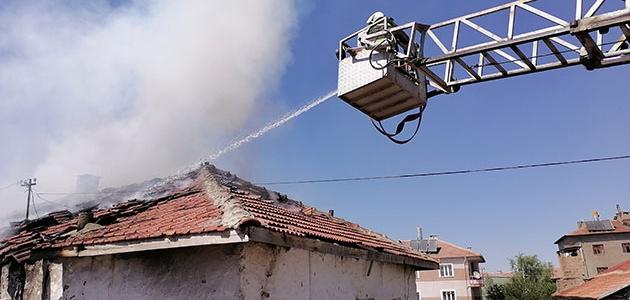 Konya'da bir evin çatışında çıkan yangın hasara neden oldu