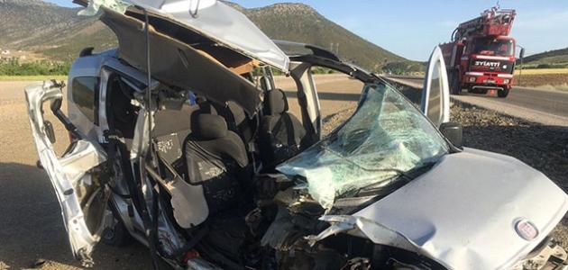 Yolcu otobüsü ile hafif ticari araç çarpıştı: 1 ölü