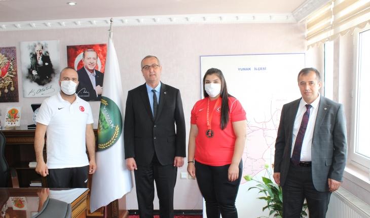 Milli halterci Nuran Yalçın, Yunak Belediyesi'nce altınla ödüllendirildi