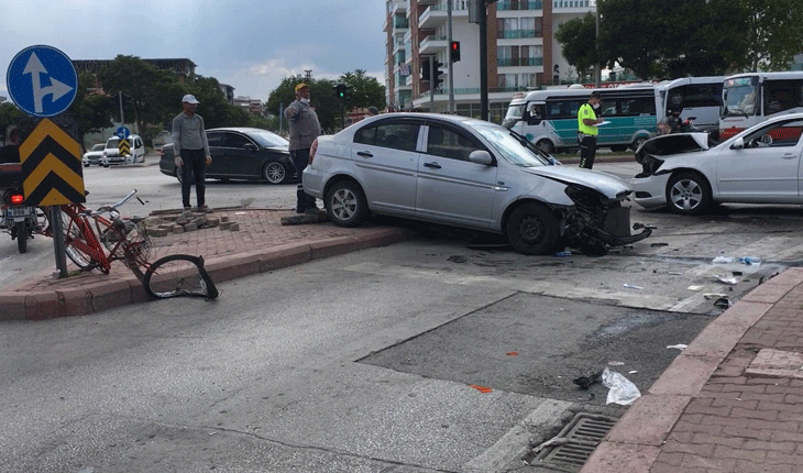 Konya'da iki otomobil kafa kafaya çarpıştı: 3 yaralı