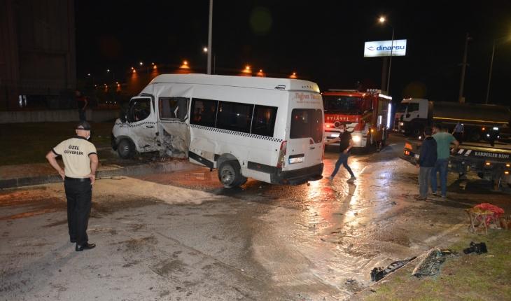İşçi servisi ve otomobil çarpıştı: 8 yaralı