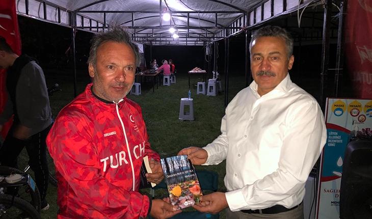 Yazar Uysal, Başkan Tutal'a 'Ömürden Nefese Aşk Ola' şiir kitabını hediye etti