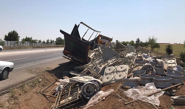 Konya'da tır şarampole devrildi: 1 yaralı