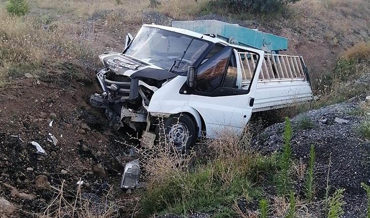 Yoldan çıkan kamyonet tepeye çarptı: 1 yaralı