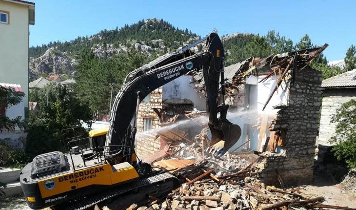 Derebucak'ta depremde ağır hasar gören binanın yıkımı gerçekleştirildi