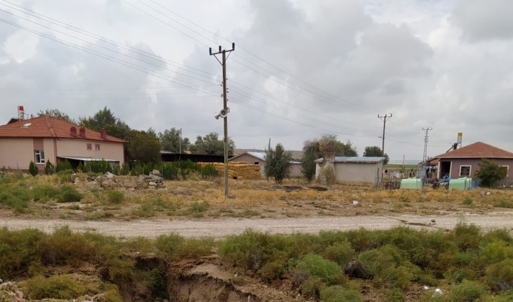 Yer altı suları çekildi: Konya'da dev yarıklar oluştu