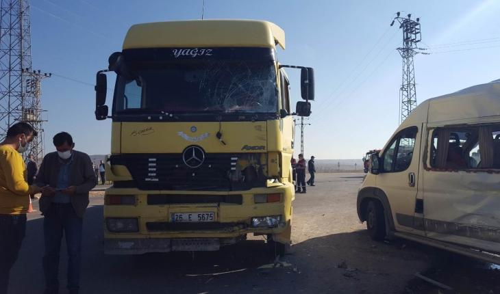 Tır ile işçi servisi çarpıştı: 15 kişi yaralandı