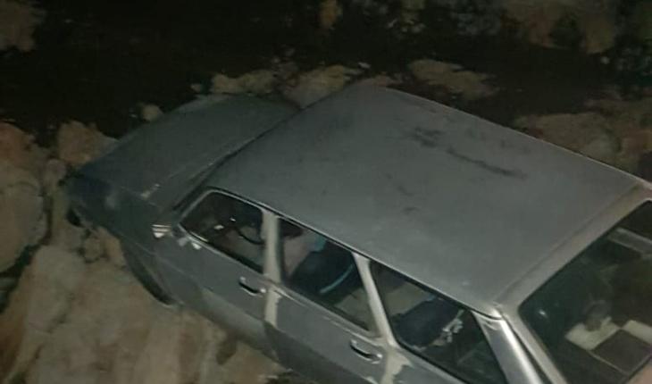 El frenini çekmeyi unuttu, otomobilini kayalıkların arasında buldu