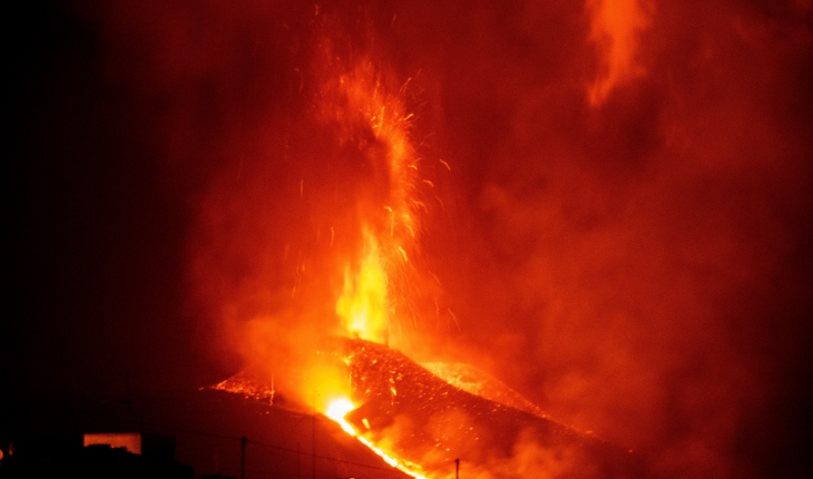 İspanya'daki yanardağda şiddetini arttıran patlamalar lav çıkışını yoğunlaştırdı